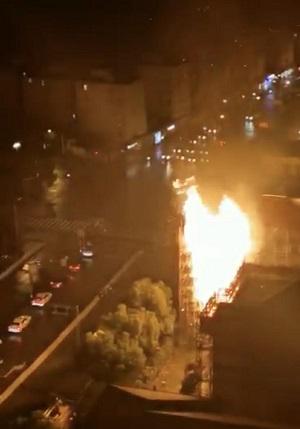 上海长宁区天山支路一居民楼的脚手架突然起火